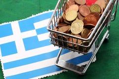 Σύνολο κάρρων αγορών των ευρο- χρημάτων πέρα από τη σημαία της Ελλάδας στοκ εικόνα