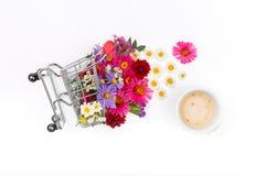 Σύνολο κάρρων αγορών των διαφορετικών wildflowers με το φλιτζάνι του καφέ στοκ εικόνα