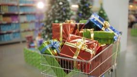 Σύνολο κάρρων αγορών των δώρων Χριστουγέννων Έννοια Χριστουγέννων και αγορών απόθεμα βίντεο