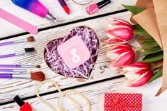 Σύνολο, κάρτα και λουλούδια ομορφιάς Στοκ φωτογραφία με δικαίωμα ελεύθερης χρήσης