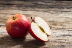 Σύνολο και περικοπή στη μισή Apple που βρίσκονται σε ξύλινο Στοκ εικόνες με δικαίωμα ελεύθερης χρήσης