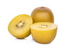 Σύνολο και τα μισά από τα κίτρινα ή χρυσά φρούτα ακτινίδιων στο λευκό Στοκ Εικόνα