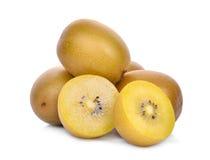 Σύνολο και τα μισά τα κίτρινα ή χρυσά φρούτα ακτινίδιων που απομονώνονται από στο λευκό Στοκ Φωτογραφία
