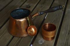 Σύνολο καφέ χαλκού cookware στον ξύλινο πίνακα Στοκ φωτογραφία με δικαίωμα ελεύθερης χρήσης