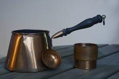Σύνολο καφέ χαλκού cookware στον πίνακα Στοκ φωτογραφία με δικαίωμα ελεύθερης χρήσης
