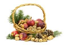 Σύνολο καλαθιών των μήλων, καρύδια, κανέλα Στοκ φωτογραφίες με δικαίωμα ελεύθερης χρήσης