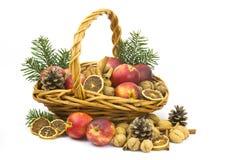 Σύνολο καλαθιών των μήλων, καρύδια, κανέλα Στοκ εικόνα με δικαίωμα ελεύθερης χρήσης