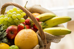 Σύνολο καλαθιών των φρούτων σε ένα ελαφρύ υπόβαθρο - υψηλό κλειδί Στοκ φωτογραφία με δικαίωμα ελεύθερης χρήσης