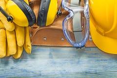 Σύνολο καλυμμάτων αυτιών προστατευτικής γαντιών ζώνης οικοδόμησης καπέλων προστατευτικών διόπτρων σκληρής Στοκ Εικόνες