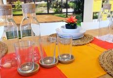 Σύνολο κενού γυαλιού με το μπουκάλι γυαλιού Στοκ εικόνα με δικαίωμα ελεύθερης χρήσης