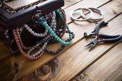 Σύνολο κιβωτίων κοσμήματος των χαντρών, στήθος θησαυρών στοκ εικόνα με δικαίωμα ελεύθερης χρήσης