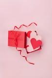 Σύνολο κιβωτίων δώρων των καρδιών στο ρόδινο υπόβαθρο για την ημέρα βαλεντίνων Αγίου, τοπ άποψη στοκ φωτογραφία