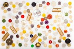 Σύνολο κουμπιών των διαφορετικών χρωμάτων, των μορφών και των υλικών σε ένα Wh Στοκ φωτογραφίες με δικαίωμα ελεύθερης χρήσης