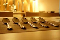 Σύνολο κουταλιών στον πίνακα στην κινηματογράφηση σε πρώτο πλάνο εστιατορίων Στοκ εικόνες με δικαίωμα ελεύθερης χρήσης