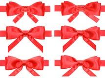 Σύνολο κόκκινων κόμβων τόξων στις κορδέλλες σατέν που απομονώνονται Στοκ φωτογραφία με δικαίωμα ελεύθερης χρήσης