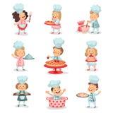 Σύνολο κύριων χαρακτηρών κινουμένων σχεδίων παιδιών λίγων μαγείρων που μαγειρεύουν τα τρόφιμα και τις ψήσιμο λεπτομερείς ζωηρόχρω Στοκ Εικόνες