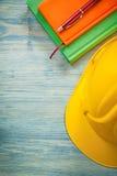 Σύνολο μάνδρας σημειωματάριων κρανών οικοδόμησης ballpoint στα ξύλινα μειονεκτήματα πινάκων Στοκ εικόνα με δικαίωμα ελεύθερης χρήσης