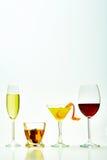 Σύνολο με τα διαφορετικά ποτά στο άσπρο υπόβαθρο στοκ εικόνες με δικαίωμα ελεύθερης χρήσης