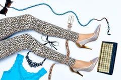 Σύνολο μοντέρνων ενδυμάτων μόδας, λεπτά πόδια της γυναίκας Στοκ Εικόνες