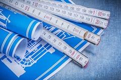 Σύνολο μπλε ξύλινου μετρητή σχεδίων εφαρμοσμένης μηχανικής στο μεταλλικό backgr Στοκ εικόνα με δικαίωμα ελεύθερης χρήσης
