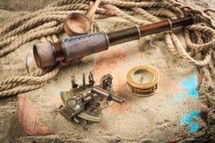 Σύνολο ναυτικών οργάνων, που βρίσκεται στην άμμο και Στοκ εικόνες με δικαίωμα ελεύθερης χρήσης