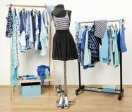 Σύνολο ντουλαπών όλων των σκιών των μπλε ενδυμάτων, των παπουτσιών και των εξαρτημάτων. στοκ φωτογραφία με δικαίωμα ελεύθερης χρήσης