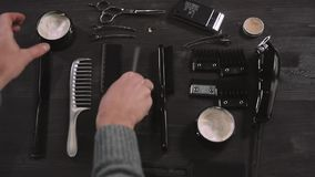 Σύνολο ξυρίσματος με τον εξοπλισμό, τα εργαλεία και τον αφρό, κατάστημα κουρέων, ψαλίδι, χτένα, που απομονώνεται στο ξύλινο υπόβα απόθεμα βίντεο