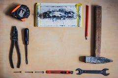 Σύνολο οργάνων για την επισκευή στην ξύλινη τοπ άποψη Στοκ Φωτογραφία