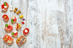 Σύνολο ορεκτικών/πρόχειρων φαγητών/tapas σε έναν ξύλινο πίνακα Στοκ Φωτογραφίες