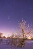 Σύνολο ουρανού των αστεριών επάνω από το χιονώδες χειμερινό χωριό στοκ εικόνα με δικαίωμα ελεύθερης χρήσης