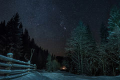 Σύνολο ουρανού των αστεριών στο δάσος χειμερινών βουνών Στοκ Εικόνες