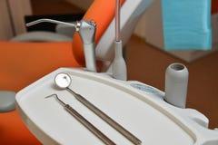 Σύνολο οδοντικού εξοπλισμού στην κλινική Στοκ Εικόνα