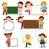 Σύνολο παιδιών που κρατούν τα κενά σημάδια Στοκ φωτογραφία με δικαίωμα ελεύθερης χρήσης