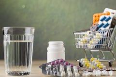 Σύνολο πακέτων νερού γυαλιού και φουσκαλών χαπιών Στοκ Εικόνες