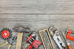Σύνολο παλαιών διάφορων εργαλείων εργασίας στο γκρίζο ξύλινο υπόβαθρο Στοκ Εικόνες