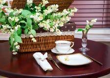 Σύνολο πιάτων και jasmine λουλουδιών στον πίνακα Στοκ Εικόνες