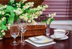 Σύνολο πιάτων και jasmine λουλουδιών Στοκ Εικόνα