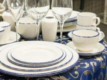 Σύνολο πιάτων στον πίνακα Στοκ εικόνες με δικαίωμα ελεύθερης χρήσης