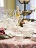 Σύνολο πιάτων στον πίνακα Στοκ Εικόνες
