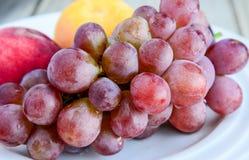 Σύνολο πιάτων των φρούτων στον πίνακα Στοκ Εικόνες