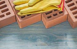 Σύνολο προστατευτικών γαντιών τούβλων οικοδόμησης στο ξύλινο constru πινάκων Στοκ φωτογραφία με δικαίωμα ελεύθερης χρήσης