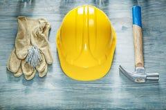 Σύνολο προστατευτικών καρφιών σφυριών νυχιών γαντιών κρανών οικοδόμησης στο wo Στοκ εικόνα με δικαίωμα ελεύθερης χρήσης