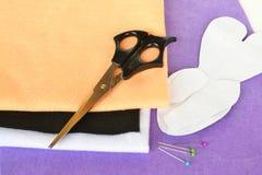Σύνολο ραψίματος για το αισθητό κουνέλι - πώς να κάνει το χειροποίητο παιχνίδι Στοκ εικόνα με δικαίωμα ελεύθερης χρήσης