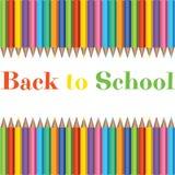 Σύνολο ρεαλιστικών ζωηρόχρωμων μολυβιών στο υπόβαθρο με τη σύσταση για πίσω στο σχολείο με το διάστημα για το μήνυμα ελεύθερη απεικόνιση δικαιώματος