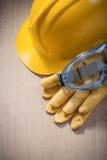 Σύνολο σκληρών θεαμάτων γαντιών καπέλων προστατευτικών στον ξύλινο πίνακα con Στοκ εικόνα με δικαίωμα ελεύθερης χρήσης