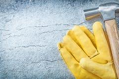 Σύνολο σφυριού νυχιών γαντιών ασφάλειας δέρματος στο μεταλλικό υπόβαθρο Στοκ εικόνα με δικαίωμα ελεύθερης χρήσης