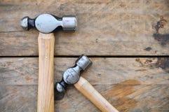 Σύνολο σφυριών εργαλείων χεριών ή βασικών εργαλείων στο ξύλινο υπόβαθρο Στοκ φωτογραφία με δικαίωμα ελεύθερης χρήσης