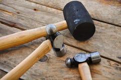 Σύνολο σφυριών εργαλείων χεριών ή βασικών εργαλείων στο ξύλινο υπόβαθρο Στοκ Φωτογραφία