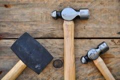 Σύνολο σφυριών εργαλείων χεριών ή βασικών εργαλείων στο ξύλινο υπόβαθρο Στοκ εικόνα με δικαίωμα ελεύθερης χρήσης