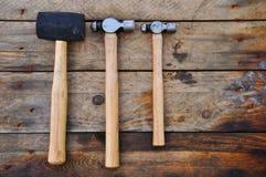 Σύνολο σφυριών εργαλείων χεριών ή βασικών εργαλείων στο ξύλινο υπόβαθρο Στοκ εικόνες με δικαίωμα ελεύθερης χρήσης